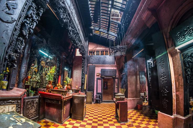 Inside Jade Emperor Pagoda