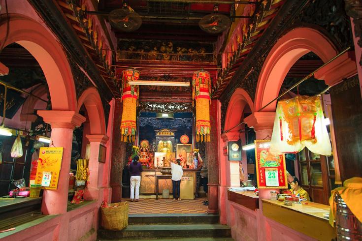 Jade Emperor Pagoda interiors