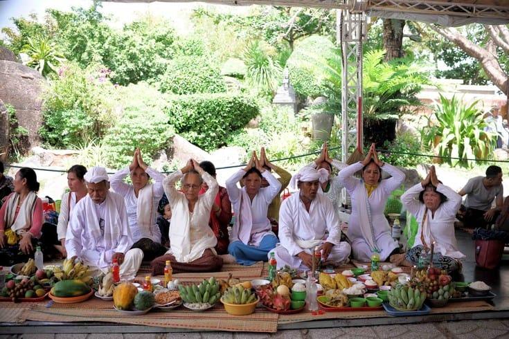 Offering at Po Nagar Festival
