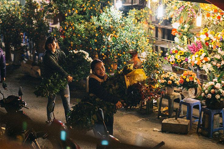 Familiar Customers and Visitors at Quang Ba flower market
