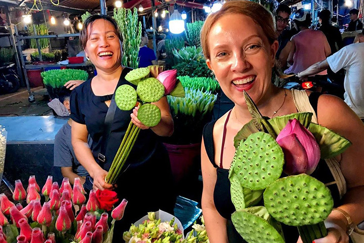 Friendly atmosphere at Quang Ba Flower market