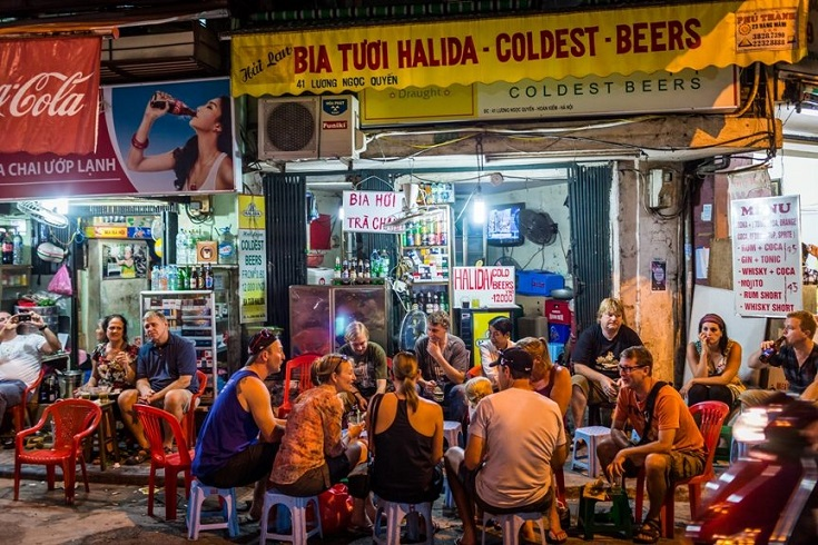Chat with friends at Bia Hoi Corner