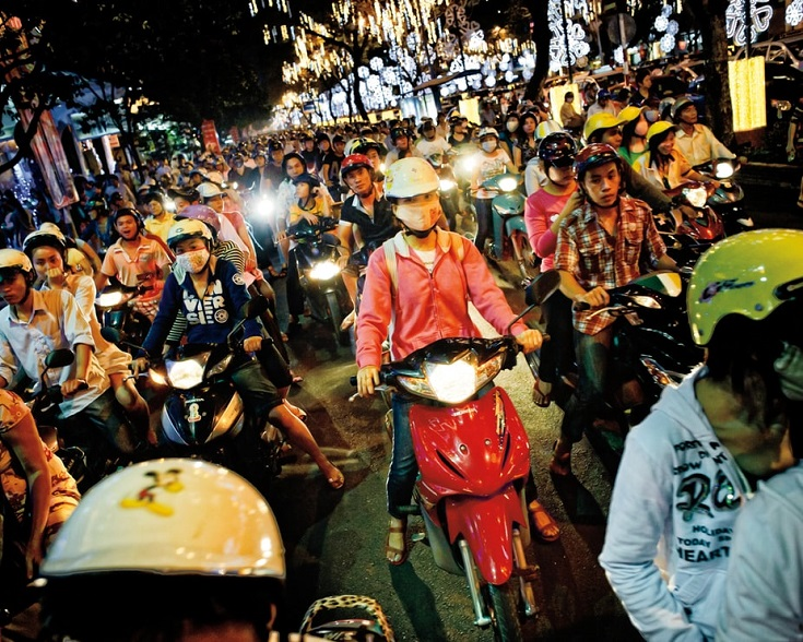 Crossing street in Vietnam (Matthew Nolan)