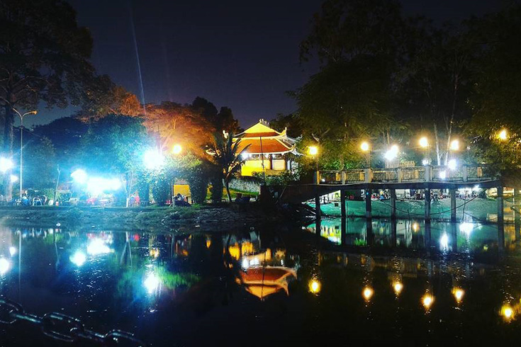 Le Thi Rieng park at night