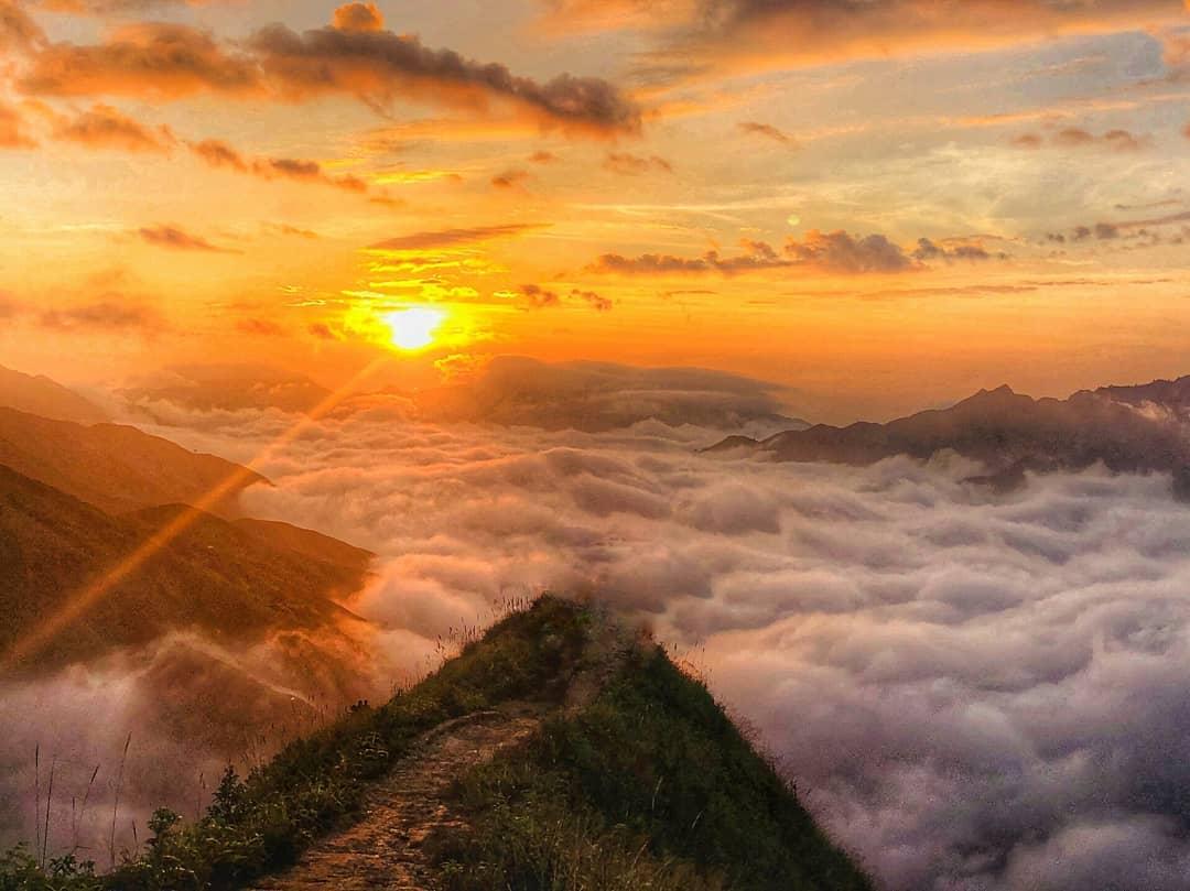 Mountain in the clouds in Ta Xua (@hataos_)