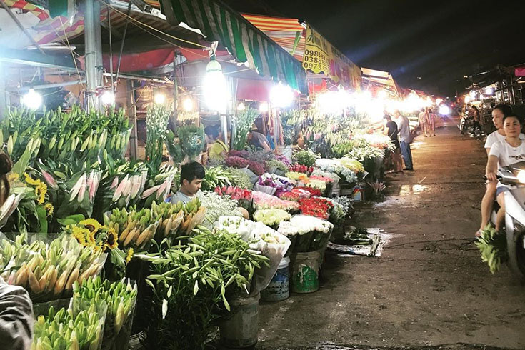 Quang Ba Flowers Market at night