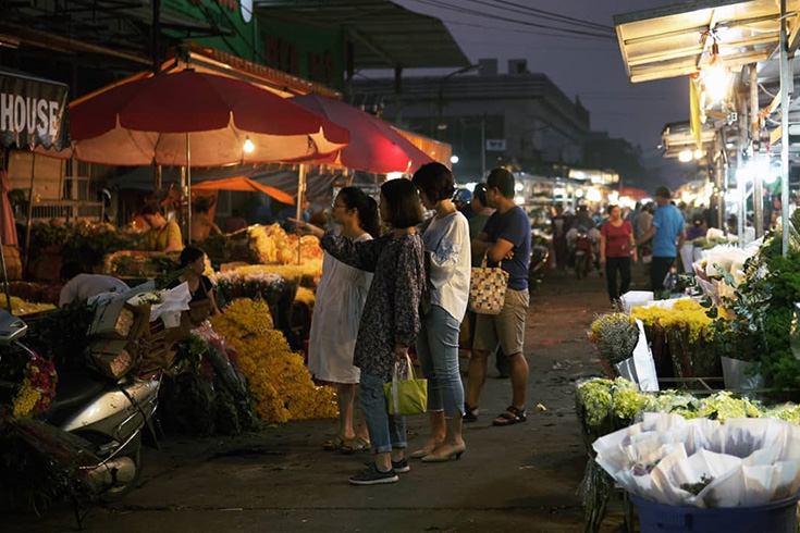Visiting Quang Ba night flower market