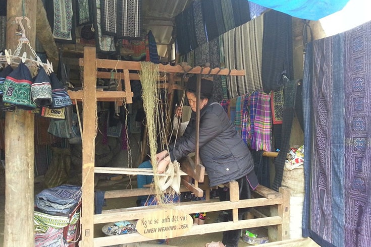 Brocatelle weaving in Ta Phin village