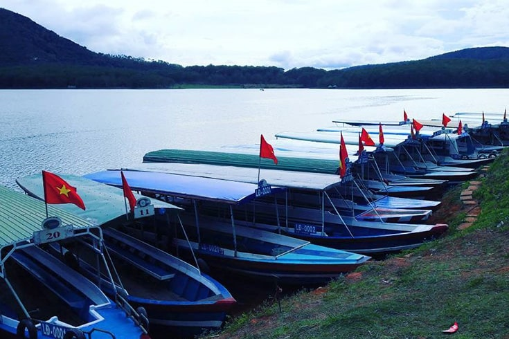 Take a boat to enjoy scenery around Tuyen Lam lake