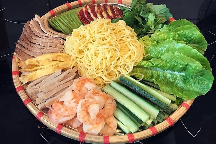 Bun ngo goi cuon - Vietnamese spring roll and corn noodle