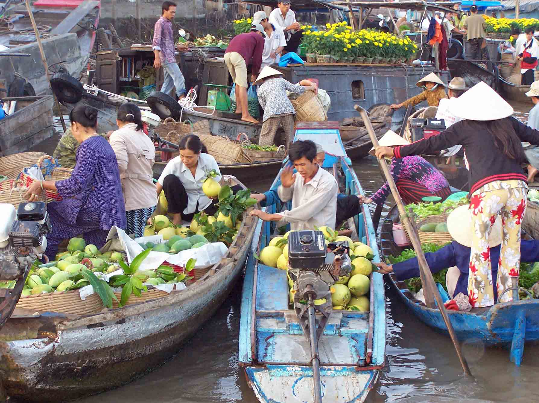 Best time to visit Cai Be floating market