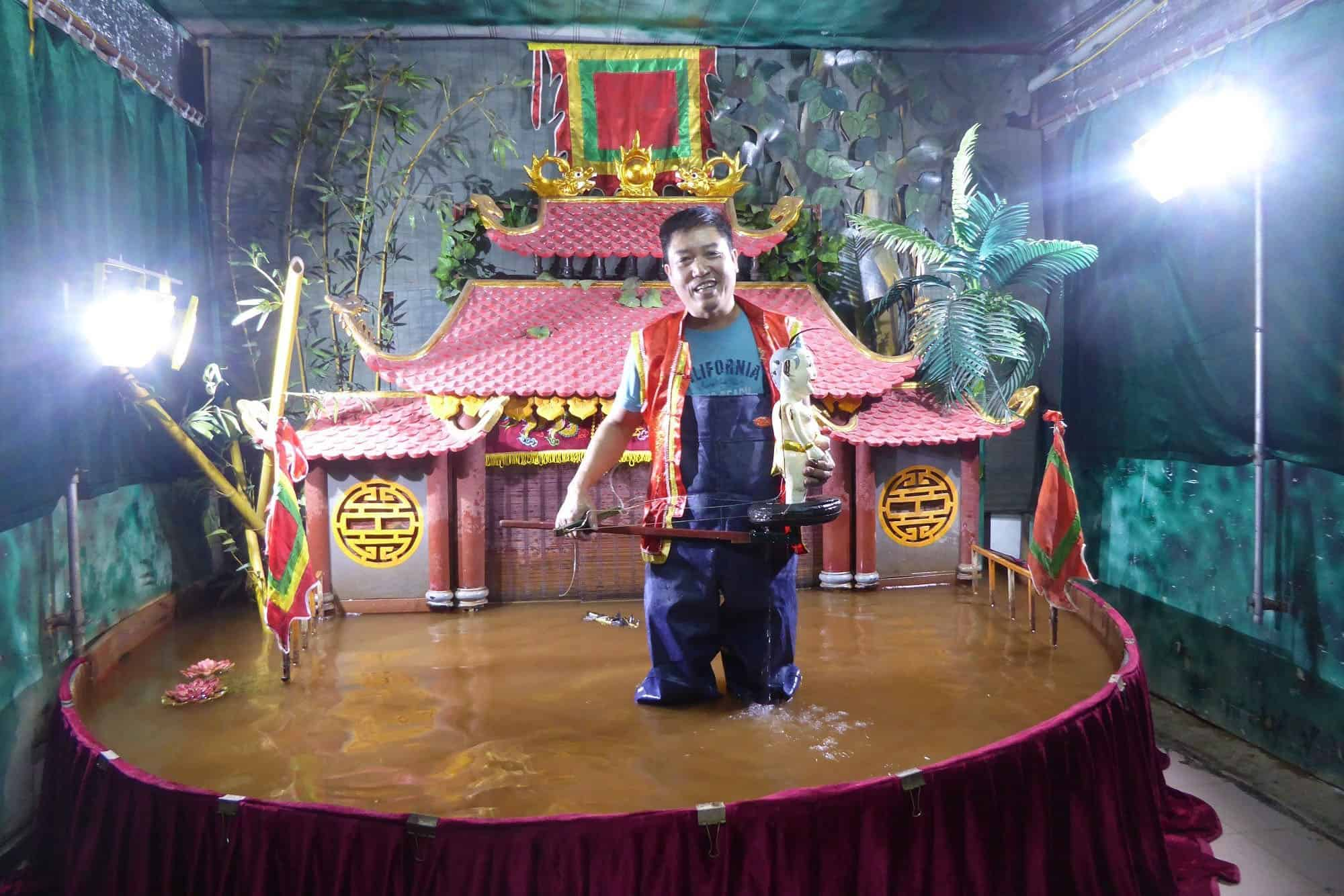 water puppet performs with live music in Thang Long theatre