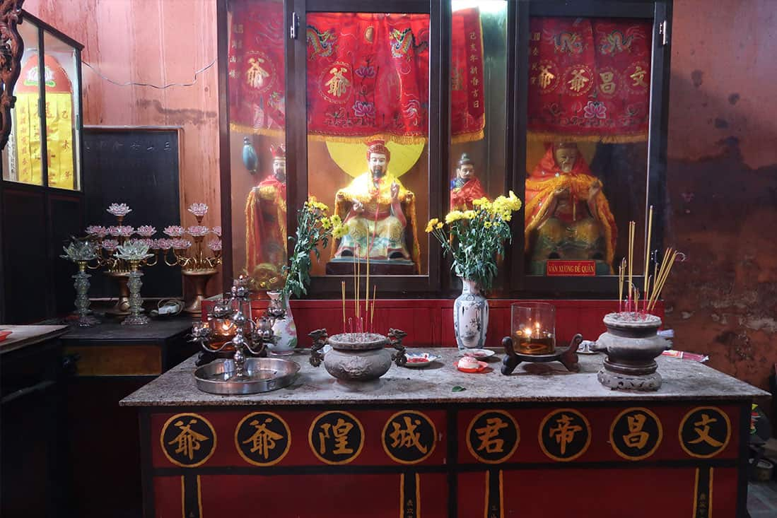 Architecture inside Tam Son Hoi Quan