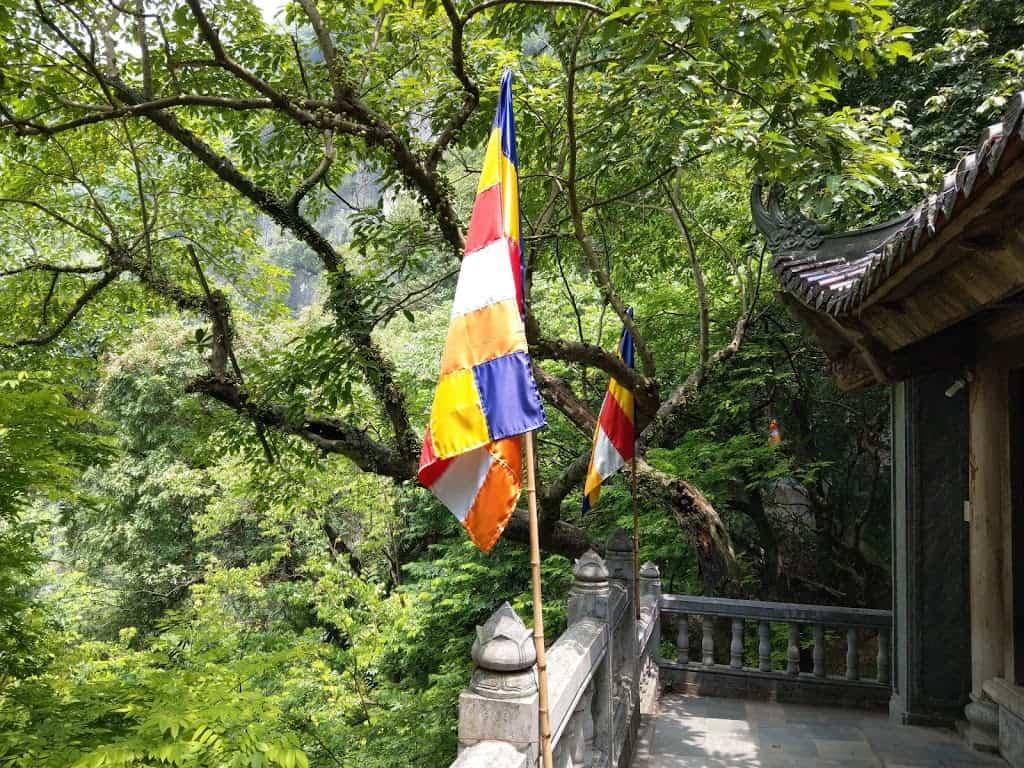 Visit Am Tien Cave and Pagoda near Tuyet Tinh Coc Ninh Binh